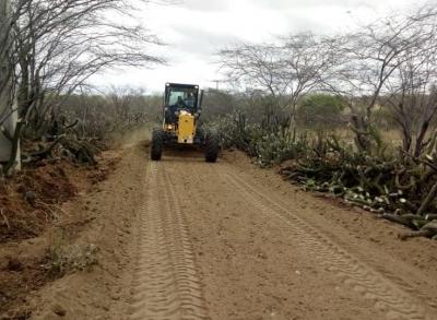 Prefeitura utiliza piçarro na estrada que dá acesso ao Sítio Jacu.