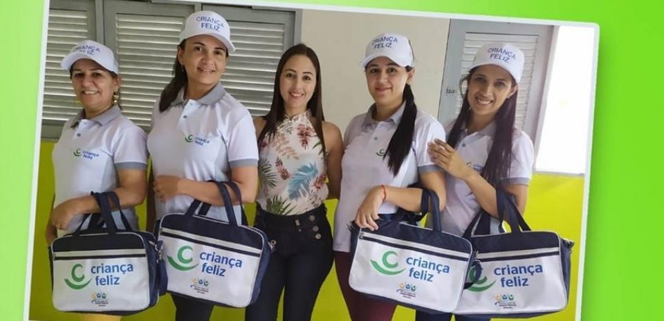 Secretaria de assistência social entregou kits de trabalho para a equipe do programa criança feliz.