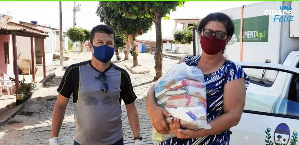 Entrega de 300 cestas básicas para as famílias de baixa renda